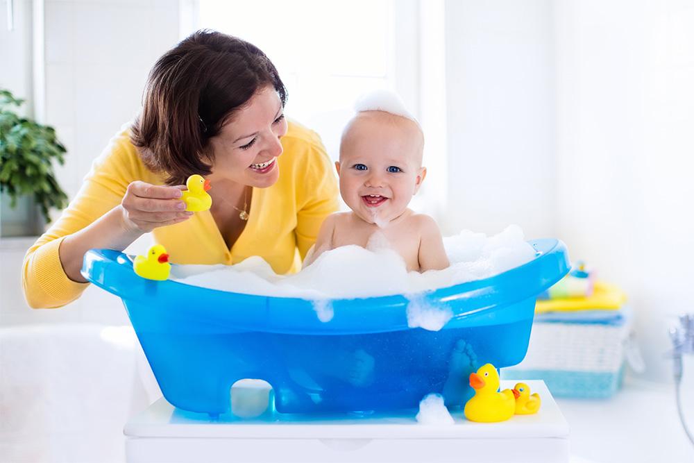 Bimbo bambino bamibina bagnetto doccia neonato fare il bagnetto